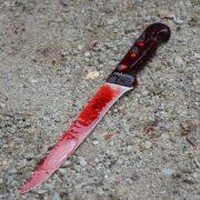 Bıçaklandı 4 metreden yere düştü