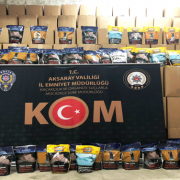 Polisin Durdurduğu Kamyonet Tıka basa kaçak tütün dolu çıktı