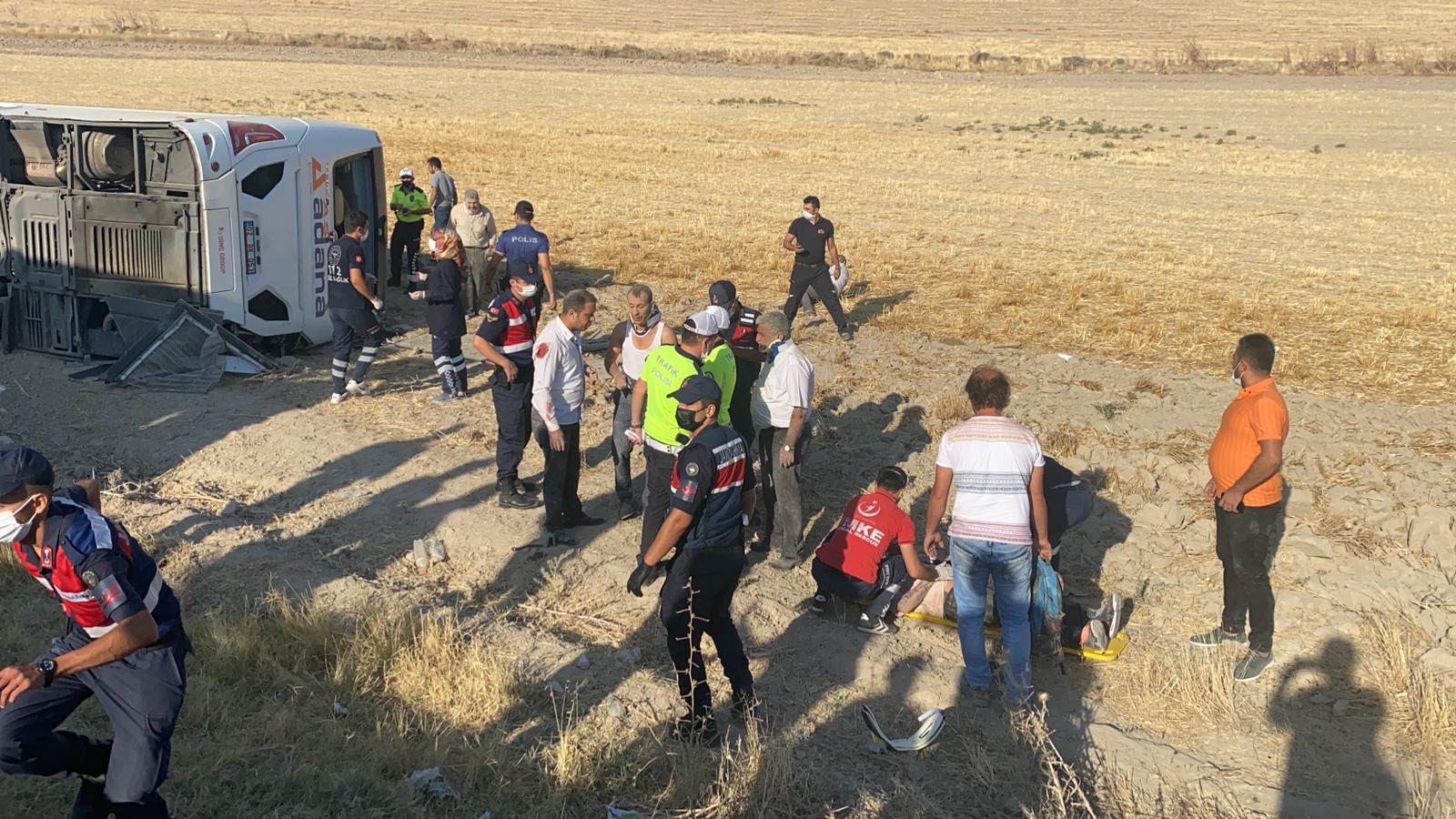 Yolcu otobüsü şarampole devrildi ikisi çocuk 30 kişi yaralandı