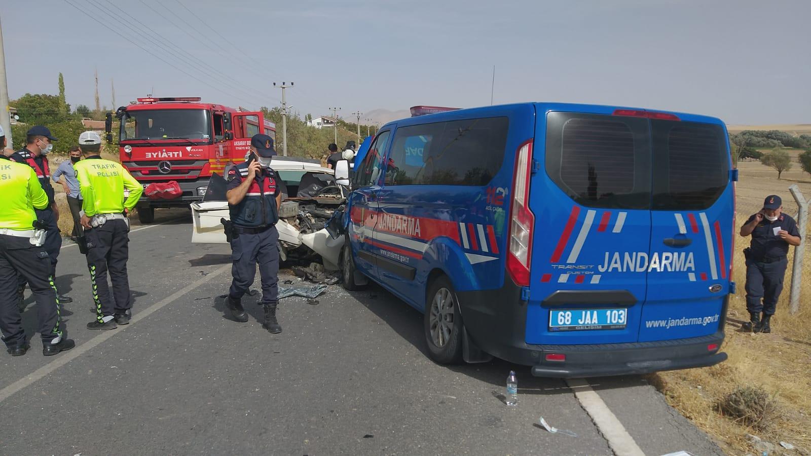 Otomobil Jandarma Aracına Çarptı 5 Yaralı