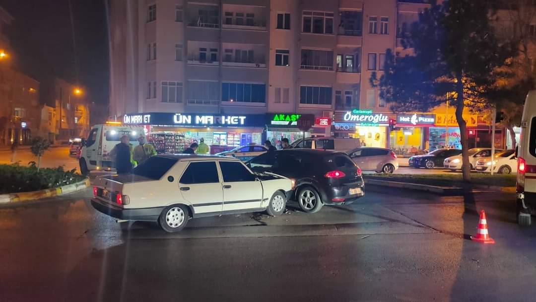 Aksaray'da 2 otomobil çarpıştı 2 yaralı