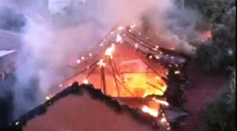 Müstakil evin çatısı tutuştu