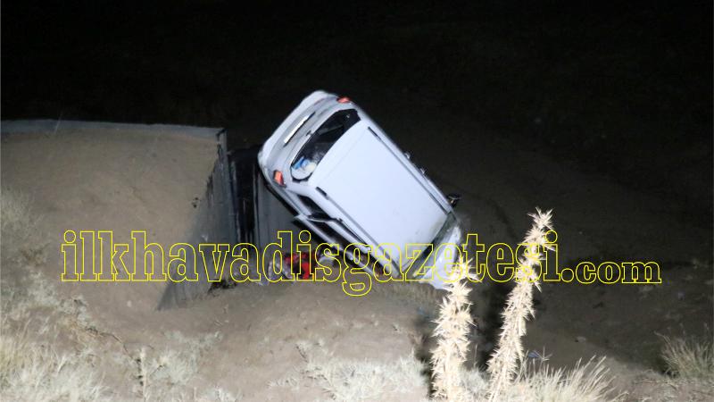 Hafif ticari araç menfeze çakıldı: 3 yaralı