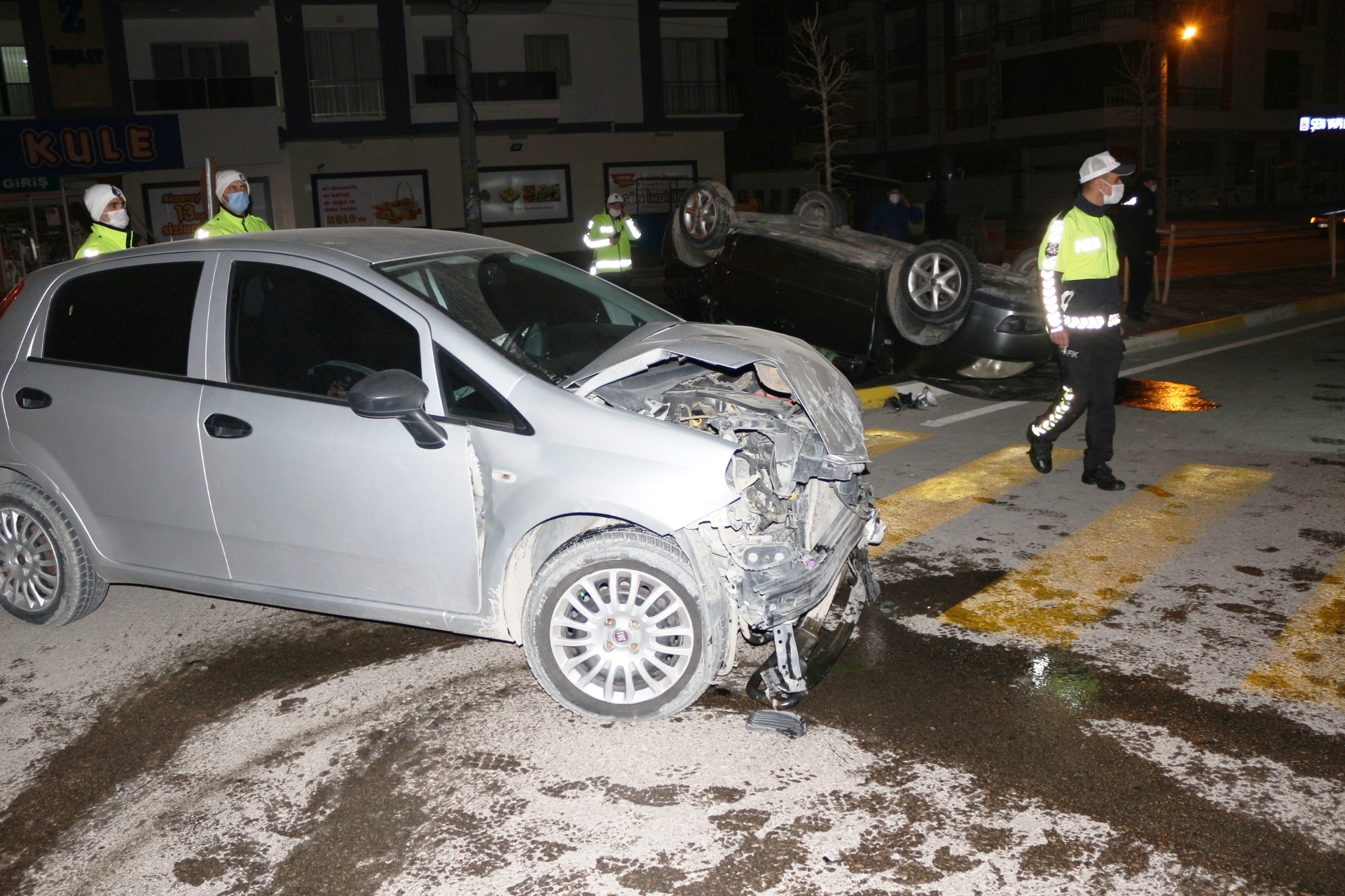 2 otomobil kavşakta birbirine girdi 7 yaralı
