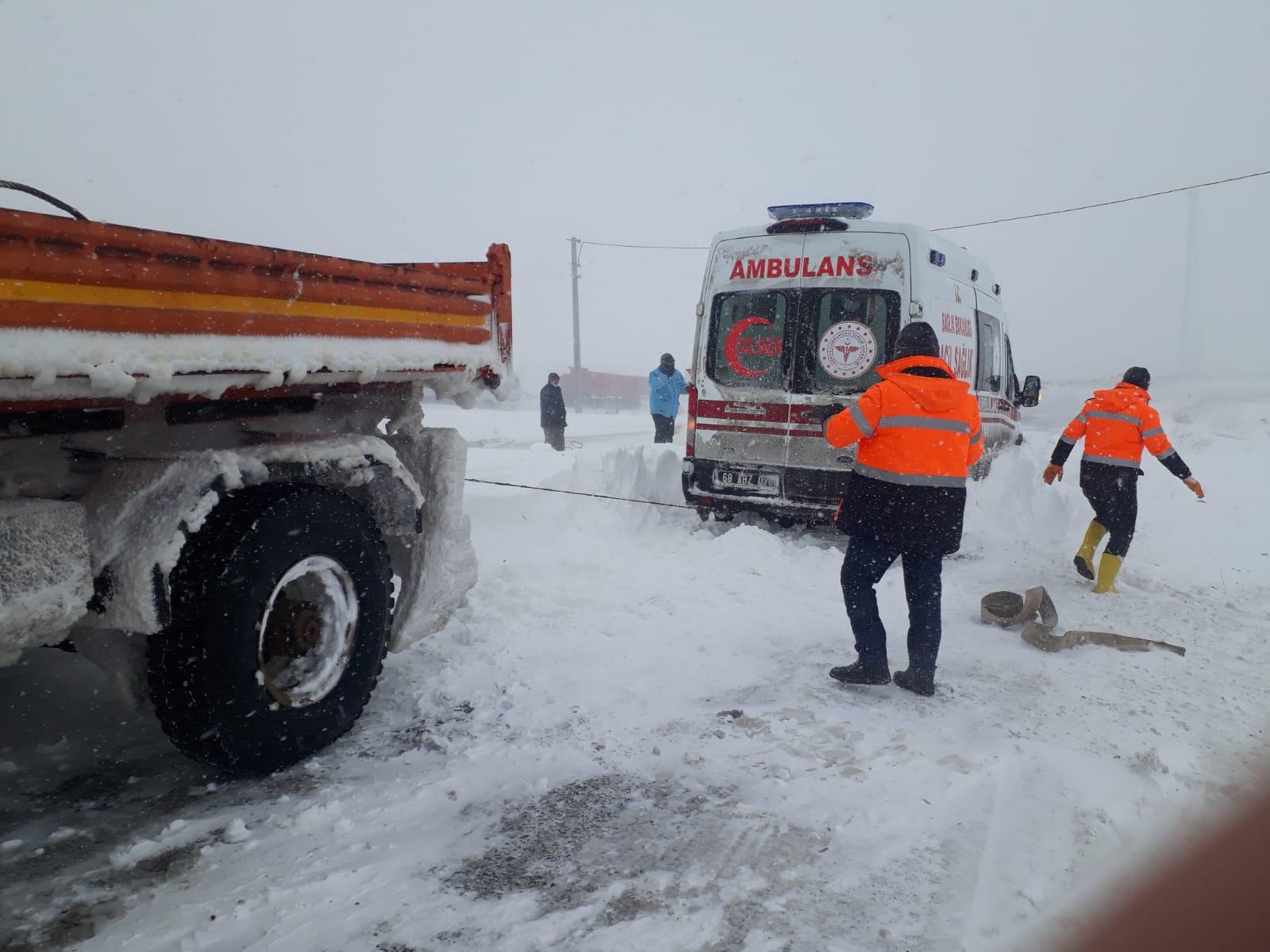 Kara saplanan ambulans ve hasta 1 saatlik çalışma ile kurtarıldı