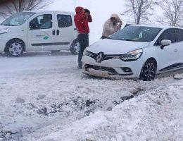 Kar yağışı Hayatı olumsuz etkiledi 117 kişi yollarda mahsur kaldı