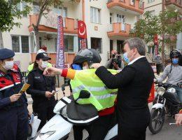 Aksaray'da Vali Motorlu kuryelere Reflektörlü yelek dağıttı
