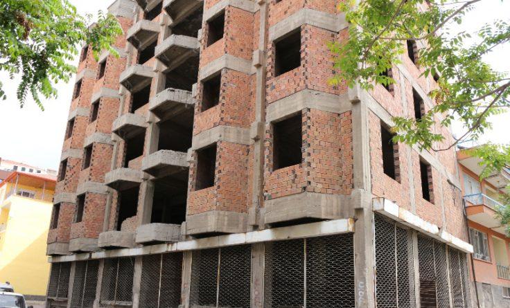Yıllardır tamamlanamayan inşaat uyuşturucu kullananların mekânı oldu.